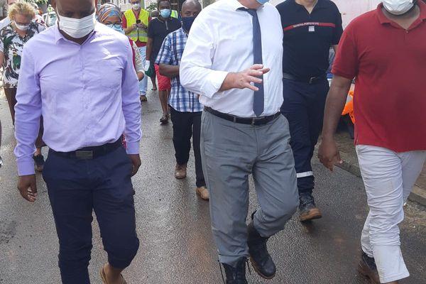 Le maire de la commune et le préfet dans les rues du village