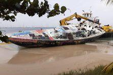 """Démantèlement de l'épave """"Miss Carol"""" échouée en 2017 sur la plage de la Pointe-Marin à Sainte-Anne (février 2021)"""