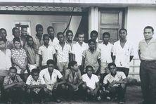 Une photo de classe devant l'école des garçons Banlieue sud