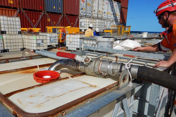 Transbordement du fioul du Kea Trader porte-conteneurs bis juillet 2017
