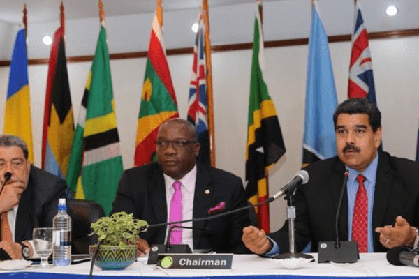 Gauche à droite: Ralph Gonsalves, premier ministre de St. vincent et les Grenadines, Timothy Harris, premier ministre de St. Kitts et Nevis et Nicolas Maduro, président du Vénézuela