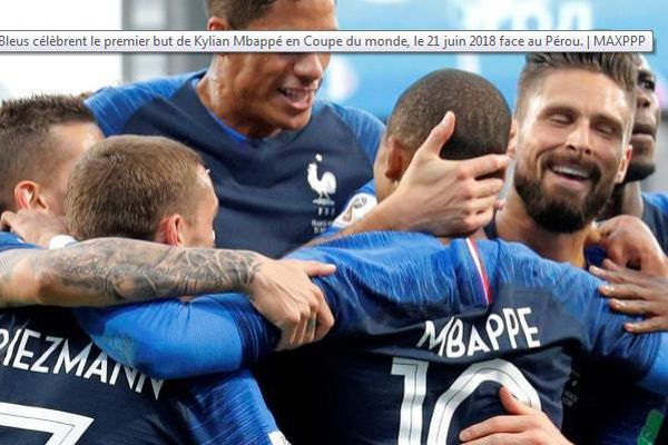 Les Bleus qui exultent après le but de Kylian Mbappé devant le Pérou