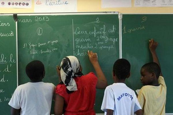 Des élèves d'une école élémentaire à Sada dans l'archipel de Mayotte le 26 mars 2013