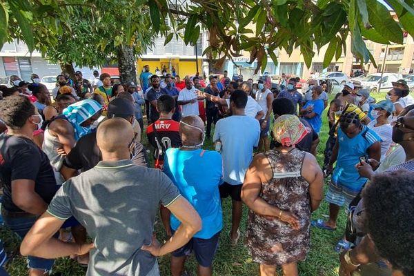 Rassemblement devant la gendarmerie de Kourou