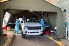Dépistage en drive, sans descendre de la voiture, à l'ancien CHT, à Nouméa, au début de la crise sanitaire en septembre 2021.