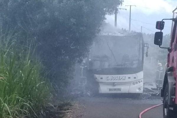 Bus en feu à Saint-Leu