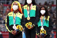 De gauche à droite : les championnes du 100m de la Jamaïque: Shelly-Anne Fraser-Pryce, médaille d'argent, Elaine Thompson-Herah, médaille d'or, Shericka Jackson, médaille de bronze.
