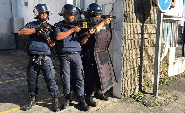Les policiers sécurisent l'extérieur (exercice)