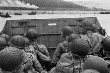 Des soldats américains à bord d'une barge sont sur le point de débarquer sur une plage, le 06 juin 1944