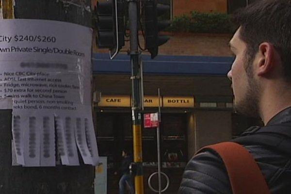 Une annonce pour la location d'une chambre dans une rue de Sydney