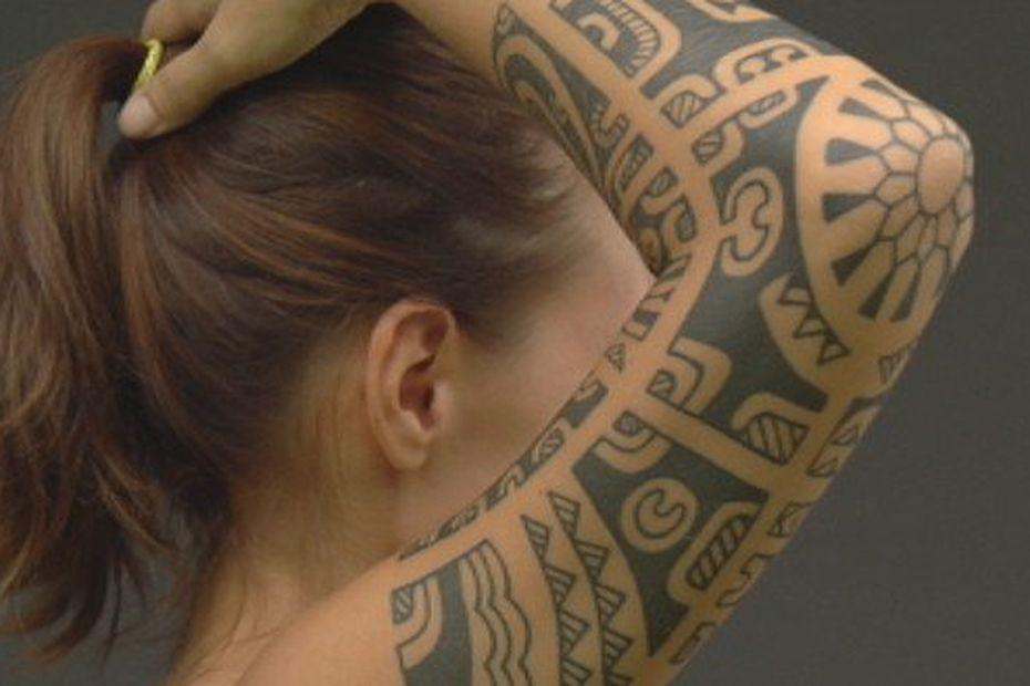 Tatouage Les Femmes Aussi Osent Les Grandes Pieces Polynesie La 1ere