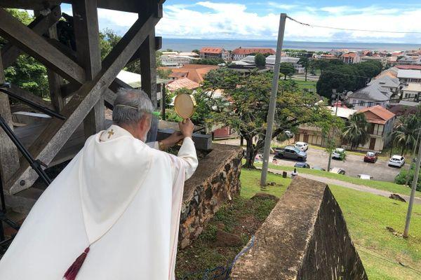Bénédiction de l'évêque de Guyane du Fort Cépérou à Cayenne