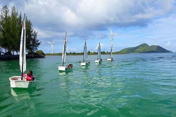 Compétition de voile aux Seychelles Optimiste