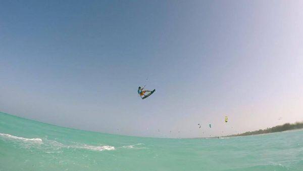 Le jeune homme fait du kitesurf aux quatre coins du monde