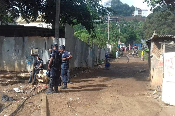 Les forces de l'ordre sécurisent la zone du démantèlement