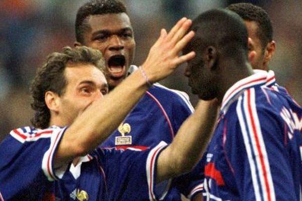 Lilian Thuram félicité par Laurent Blanc et Marcel Desailly le 8 juillet 1998 (France-Croatie)