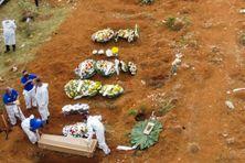 Vue aérienne d'un cimetière où les corps des victimes du covid-19 sont enterrés à Sao Paulo, Brésil, le 23 mai 2020.