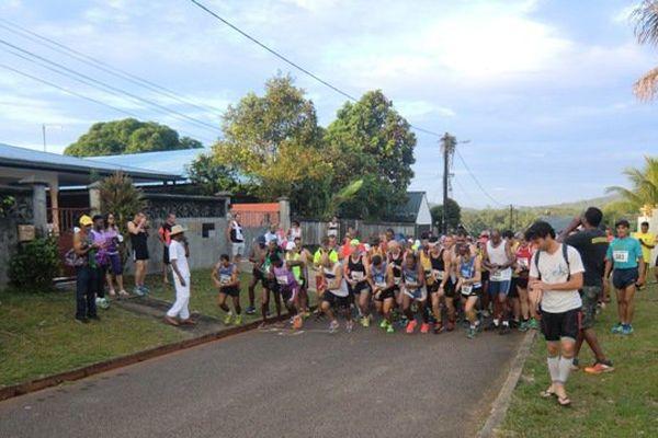 Le départ du semi-marathon à Roura