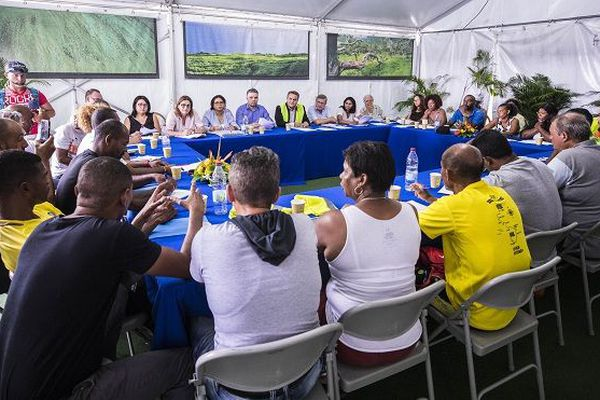 Didier Robert enfile un gilet jaune lors d'une rencontre avec une délégation à la Région.