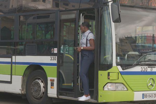 Chauffeur (femme) dans son bus