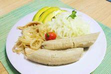 """Plat local équilibré composé de banane verte """"ti nin"""", de concombre, de morue et d'avocat (féculent, légumes verts, protéine)"""