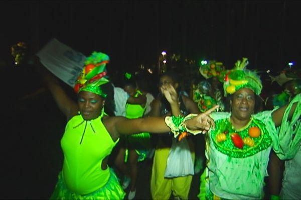 carnaval groupe à pied