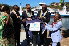 Le président Soibahadine Ibrahim Ramadani (2e à partir de la droite) inaugure une plaque célébrant l'accession de Mayotte au statut de région ultrapériphérique de l'Union européenne en juillet 2017 devant l'amphidrome Karihani qui a été financé par les fonds européens.