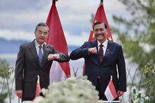 Le ministre indonésien des investissements et son homologue chinois des affaires étrangères à Jakarta