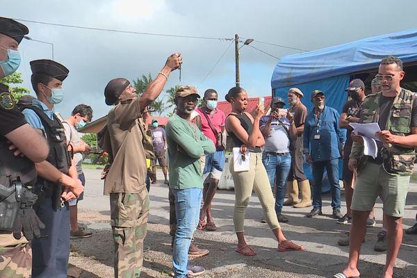 Manifestation des chasseurs et pécheurs guyanais au poste de contrôle d'Iracoubo
