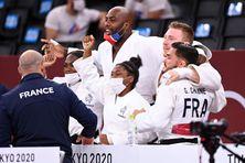 Teddy Riner, Sarah-Léonie Cysique et leurs coéquipiers sont champions olympiques par équipe.