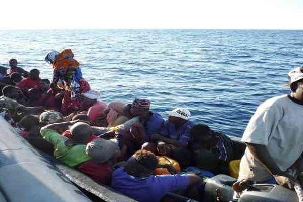 MAYOTTE, Dzaoudzi, octobre 2009, des migrants à bord d'un kwassa kwassa, arrêtés par la gendarmerie française