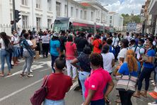 Manifestation des lycéens devant la préfecture de Fort-de-France.