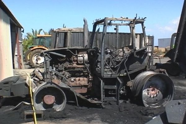 Tracteurs incendiés Ligne des Bambous