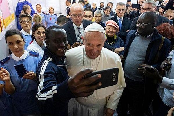 Pape François au milieu de la foule