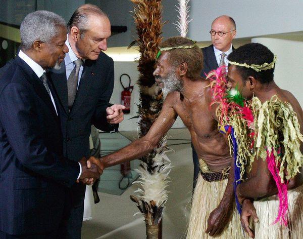 Jacques Chirac et le secrétaire général des Nations unis Kofi Annan saluent le chef Laukalbi de Tanna au Vanuatu et son neveu Jerry Napat au musée du quai Branly