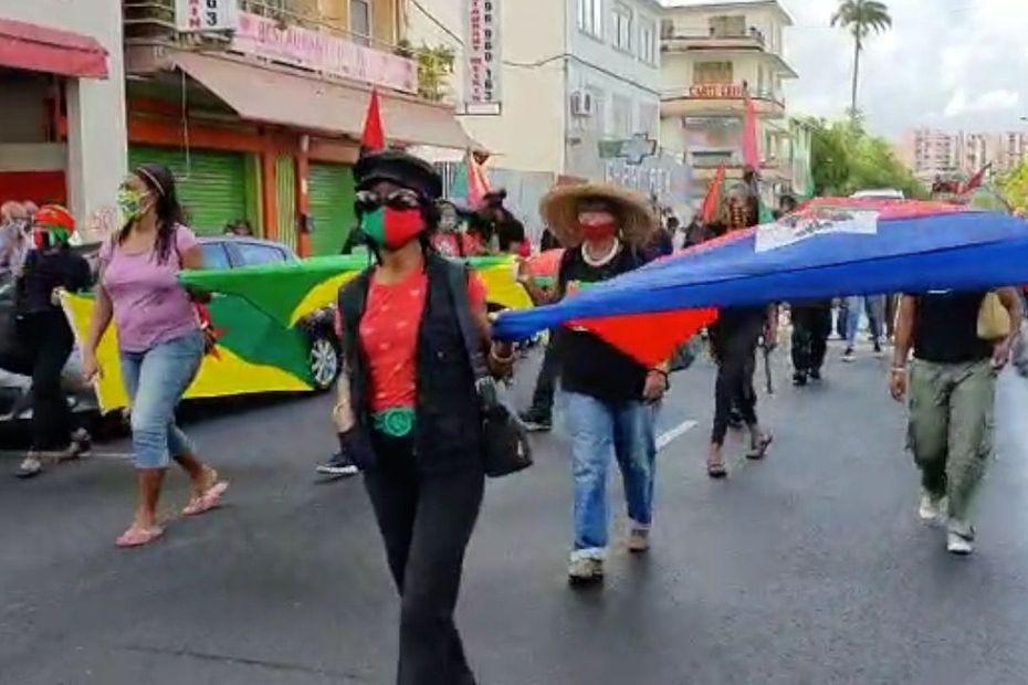 200 personnes manifestent dans les rues de Fort-de-France pour soutenir 7 militants poursuivis pour violence - Martinique la 1ère