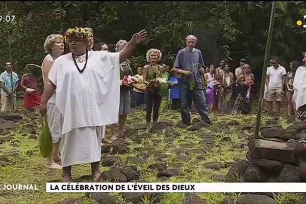 """Cérémonie du Tuhitiraa : le lever du """"unu"""" sur le marae"""