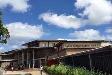 Les élèves attendent devant le lycée de Mamoudzou nord à la fin de la première épreuve du bac.