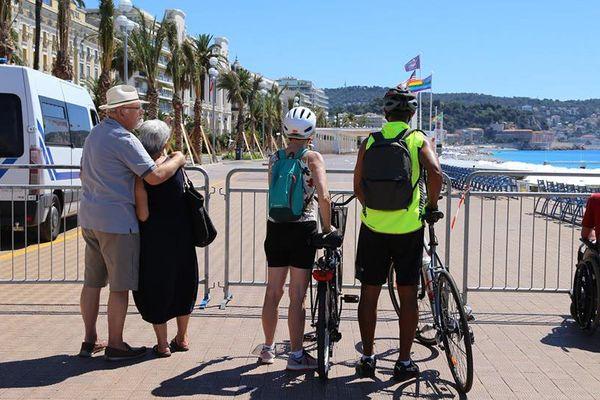 Richard et sa femme de dos sur la Promenade des Anglais à Nice