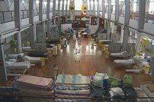 24 lits d'urgence ont été installés dans le hall de l'hôpital pour accueillir les patients covid.