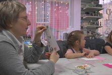Les enfants de 5 à 12 ans ont appris à confectionner des cartes de voeux personnalisées