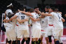 L'équipe de France masculine de Handball célèbre sa victoire face à l'Egypte aux JO de Tokyo.
