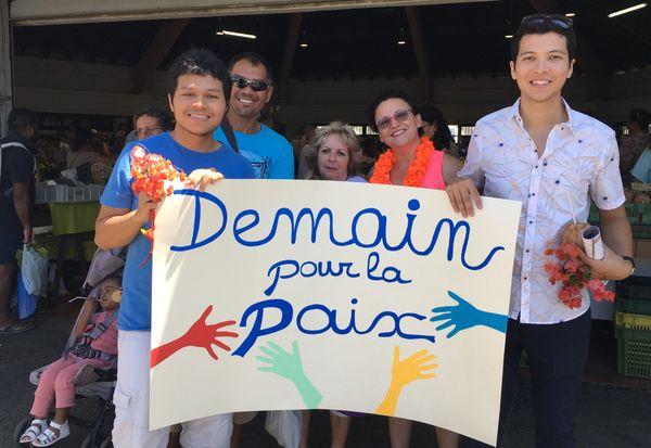 """«Marche» pour le destin commun par l'association """"Demain pour la paix"""", marché de Nouméa (9 décembre 2017)"""