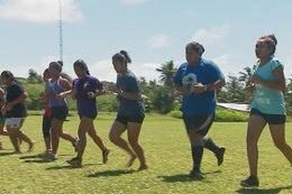 12 jeunes filles suivent un stage de rugby au terrain de Mata'utu