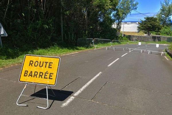 coronavirus confinement route barrée Grande Anse Petite Ile 220320