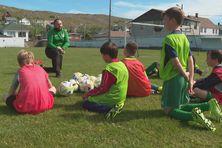 Les jeunes de l'ASSP écoutent les précieux conseils de Tony Campion lors d'une séance d'entraînement des U8-U10