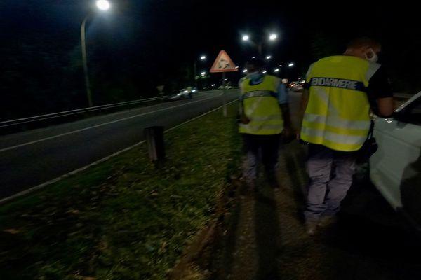 Des gendarmes de l'escadron de sécurité routière contrôlent une voiture