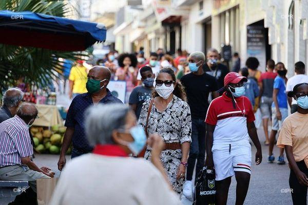 coronavirus covid personnes dans la rue masque saint-denis