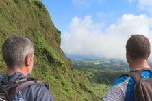 Les randonneurs sur les contreforts de la montagne Pelée.