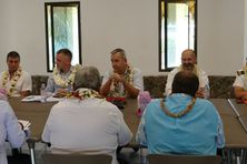 Denis Robin (au centre de la photo) en réunion avec les autorités locales